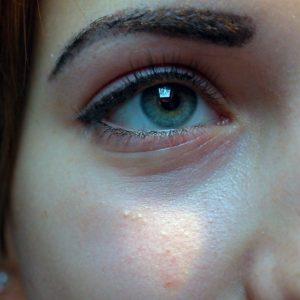 Castor oil-enhanced eyelashes